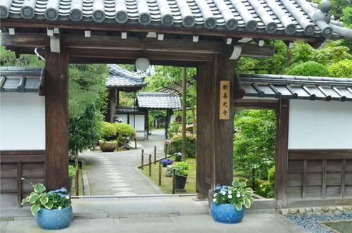 新善光寺の入口門